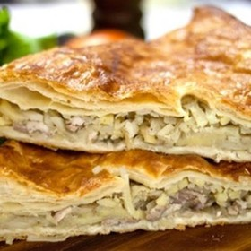 Пирог слоеный со свининой и картофелем - Фото