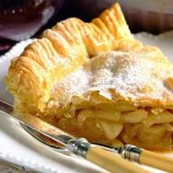 Пирог слоеный с яблоком и корицей Фото