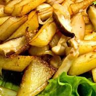 Жареный картофель с белыми грибам Фото