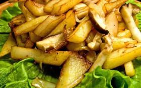 Жареный картофель с белыми грибам - Фото