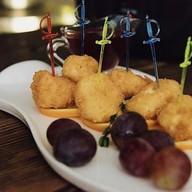 Жареный камамбер с малиновым соусом Фото
