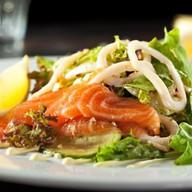 Салат с лососем и кальмаром Фото