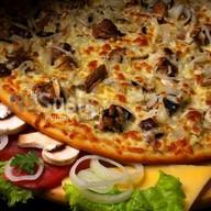 Пицца с тунцом и грибами Фото