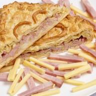 Пирог слоеный с ветчиной и сыром Фото