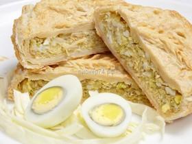 Пирог слоеный с капустой и яйцом - Фото