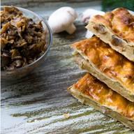 Пирог слоеный с картофелем и грибами Фото