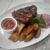 Стейк из свиной шеи с картофелем айдахо Фото