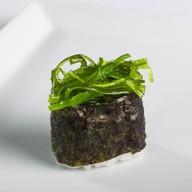Гункан с чукка салатом и ореховым соусом Фото