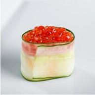 Гункан в огурце с красной икрой и сыром Фото