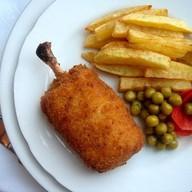 Котлета по-киевски с картофелем, овощами Фото