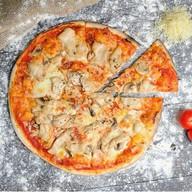 Пицца с ветчиной, курицей и грибами Фото