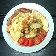 Цезарь салат с куриным филе Фото