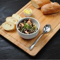 Каша  из дикого риса с лососем, луком Фото