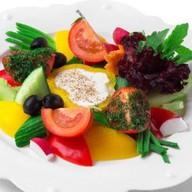 Большая тарелка свежих овощей Фото