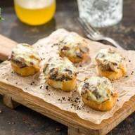 Брускетты, запеченые с грибами и сыром Фото