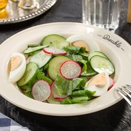 Салат из свежих огурцов и редиса Фото