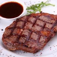 Стейк из свинины с брусничным соусом Фото