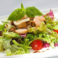 Тёплый салат с морепродуктами Фото