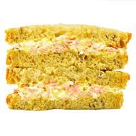 Сэндвич с ветчиной, яйцом и сыром Фото