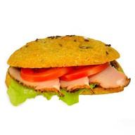 Зерновой багет с мясом и соусом Чили Фото