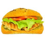 Зерновой багет с курицей и зелеленью Фото