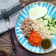 Фитнес салат с бурым рисом и тунцом Фото