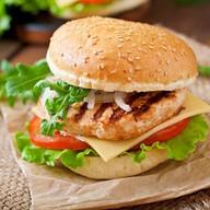 Бургер с котлетой из курицы Фото