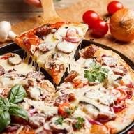 Пицца с мясными деликатесами Фото