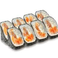 Ролл с лососем, сыром и оранжевой тобико Фото