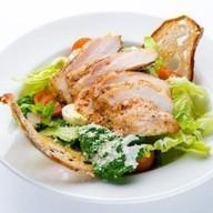 салат Цезарь с куриной грудкой Фото