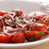Салат из сезонных помидор с луком Фото
