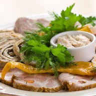 Мясная тарелка: куриный рулет, буженина Фото