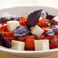 Салат из разных помидор с сыром Фото