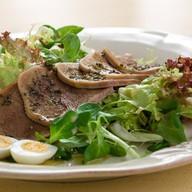 Зеленый салат с телячьим языком Фото