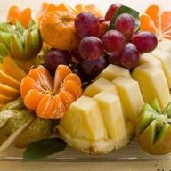 Тарелка сезонных фруктов Фото