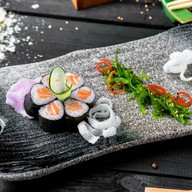 Ролл с лососем, тунцом и салатом чука Фото