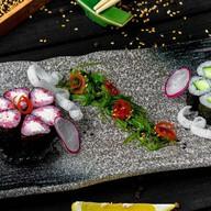 Ролл со сливочным сыром и икрой тобико Фото