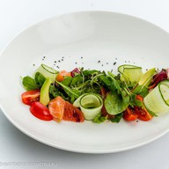 Легкий салат с лососем, грейпфрутом Фото