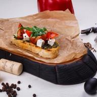 Брускетта с моцареллой и томатами Фото