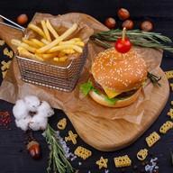 Бургер с говядиной и картофель фри Фото