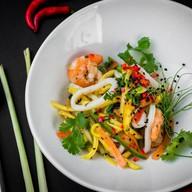 Салат с кальмаром, креветкой и манго Фото
