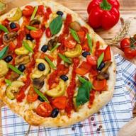 Римская пицца овощная с томатным соусом Фото