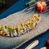Ролл с рубленым лососем под соусом Фото