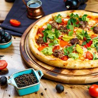Пицца с кебабами и хумусом Фото