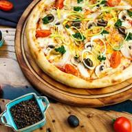 Пицца с курицей, грибами и сыром чеддер Фото