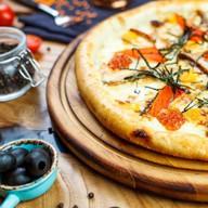 Пицца с угрем, нори и красной икрой Фото
