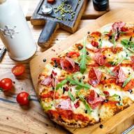 Римская пицца с салями милано и томатами Фото