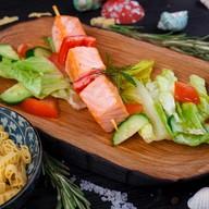 Шашлычок из лосося с овощным салатом Фото