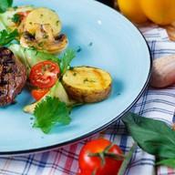 Стейк из мяса страуса с овощами-гриль Фото