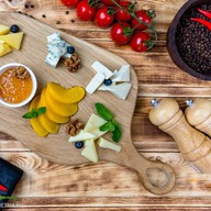 Ассорти молодых сыров с джемом, фруктами Фото